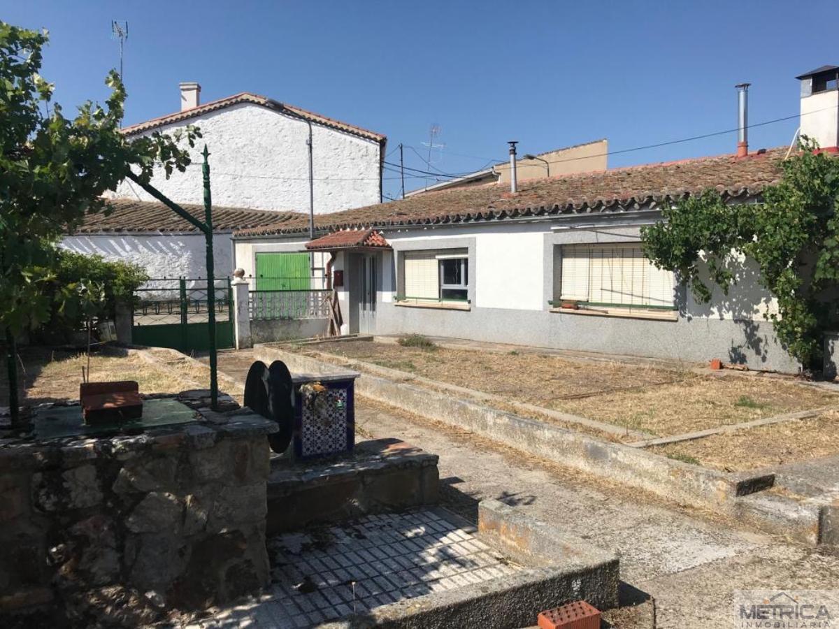 For sale of house in Villaseco de los Gamitos