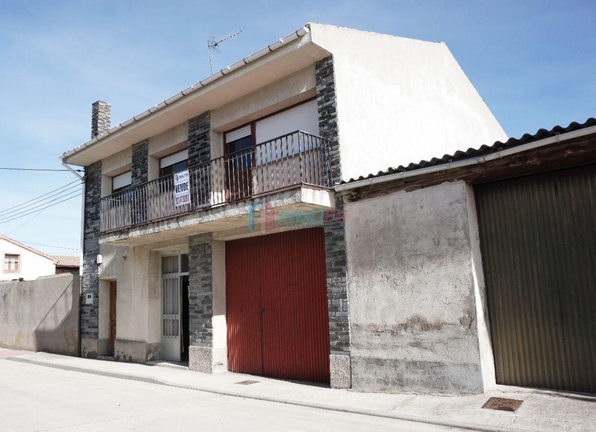 For sale of house in Carbonero el Mayor