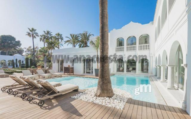 For sale of villa in San Pedro de Alcántara
