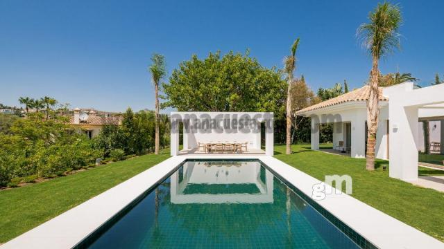 For sale of villa in Estepona