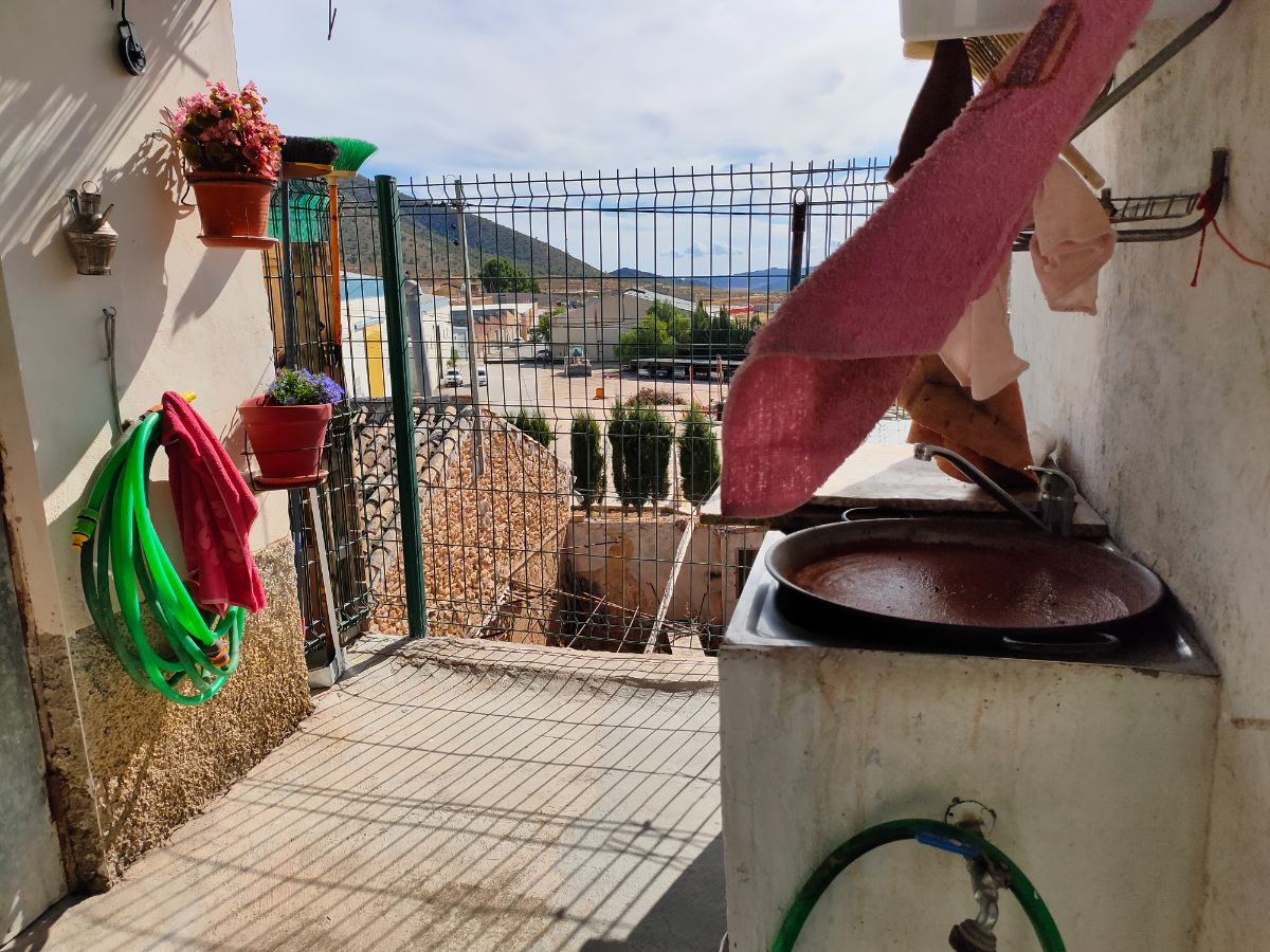 For sale of house in Algueña